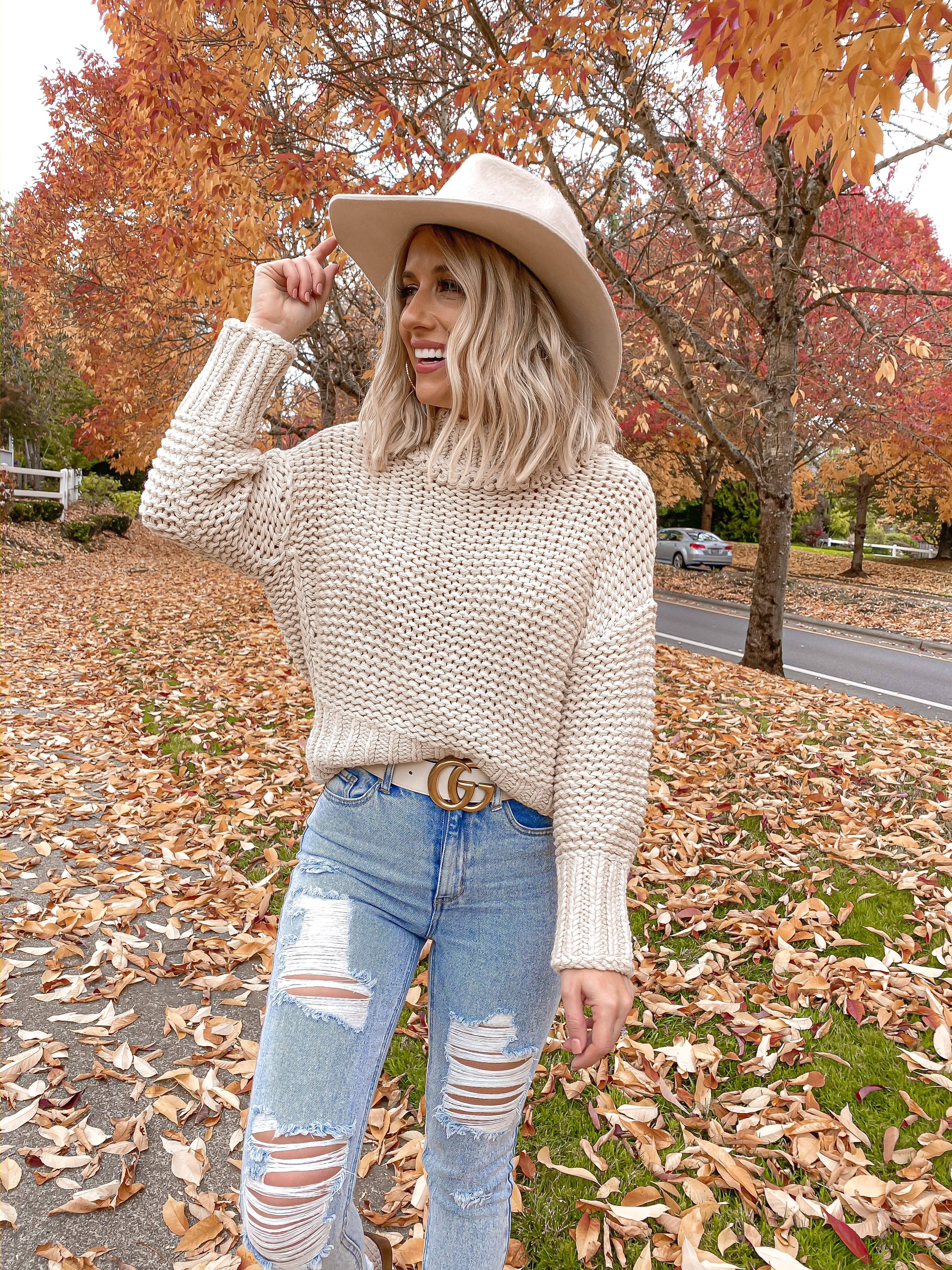 LEAVES COZY FALL OUTFIT IDEA LAURA BEVERLIN SHORT BLONDE HAIR 1